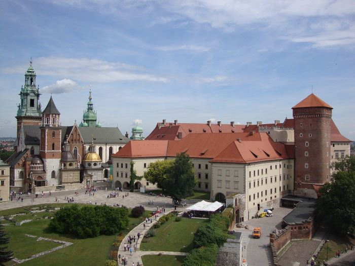 UM Kraków:                               Kino samochodowe pod chmurką wjechało do miasta!